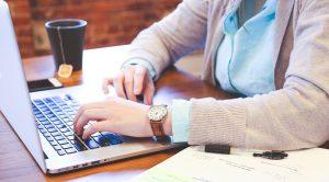Frau am Laptop. Bürgeranliegen können mit Anliegenmanagement direkt am Bildschirm geprüft werden. Mängel können so schneller beseitigt werden.