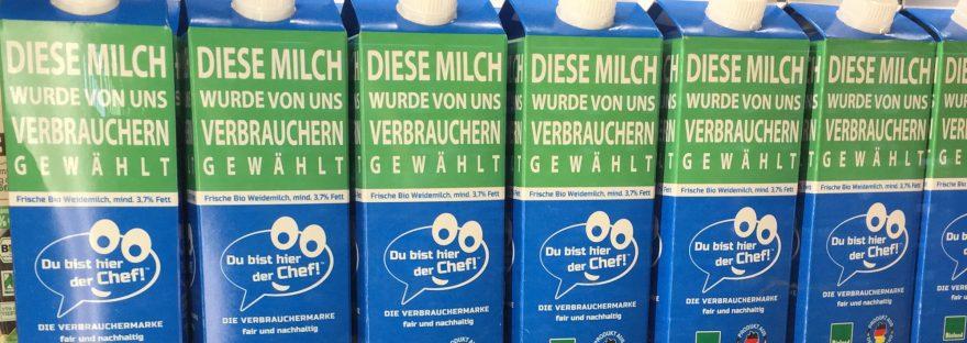 """Die Verbraucher-Milch von """"Du bist hier der Chef"""" in einem Supermarktregal"""